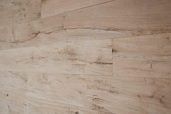 Wandverkleidung aus Eichenholz, natürlicher look.